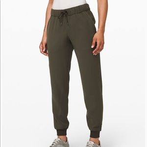 On the fly jogger woven green